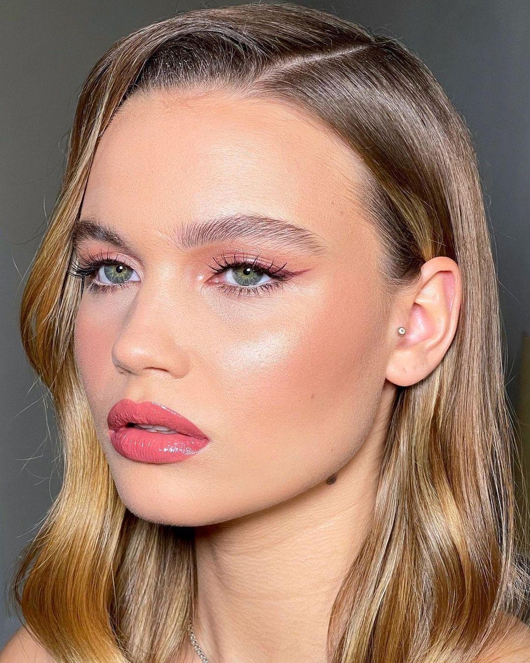 Basic makeup look: chic blush